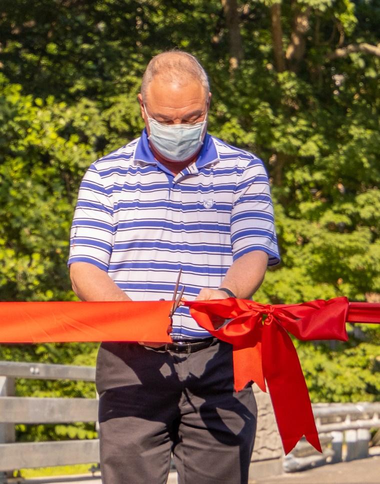 First Selectman Dave Bindelglass cuts the ribbon on the South Park Avenue bridge.