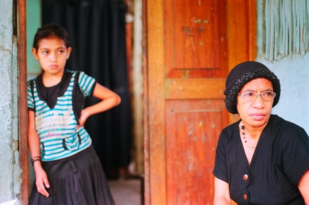 Gloria and her daughter are patient while waiting for the interpretor ©Brie OKeefe
