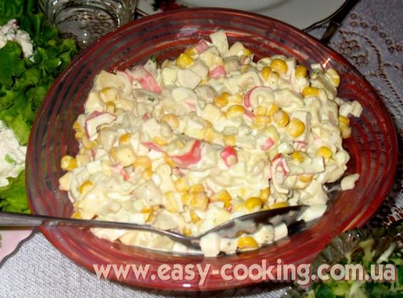 салат с крабовыми палочками, мариноваными шампиньонами, кукурузой и сыром