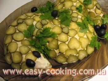 Салат з курячим філе, грибами та сиром