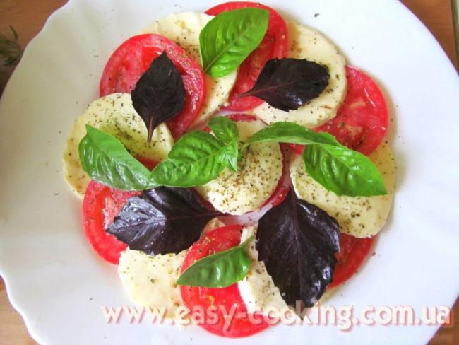"""Салат """"Капрезе"""" з моцареллою, помідорами та базиліком"""