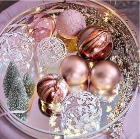 Wehnachtskugeln rosa auf Tablett