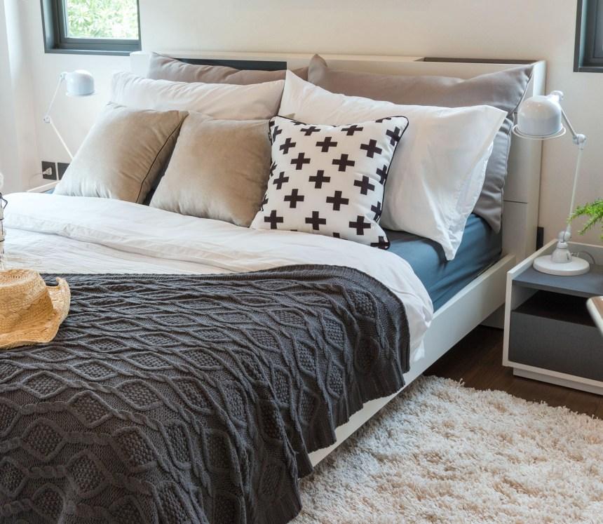 Gemachtes Bett in beige/grautönen