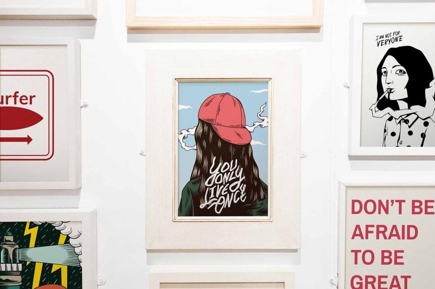 Sammlung an Bildern an einer Wand