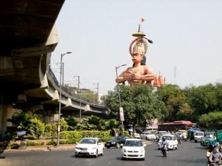 Hanuman valvoo New Delhin liikennettä