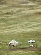 Jurtta ja Lada Kirgisian vuorilla