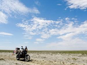 Kuivuneen järven pohjalla risteili hiekkaisia polkuja