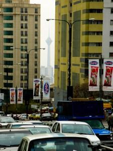 Teheranin 435 metriä korkea Milad-torni pilkistää savusumun keskeltä