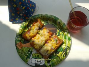 Bread Pizza in microwave