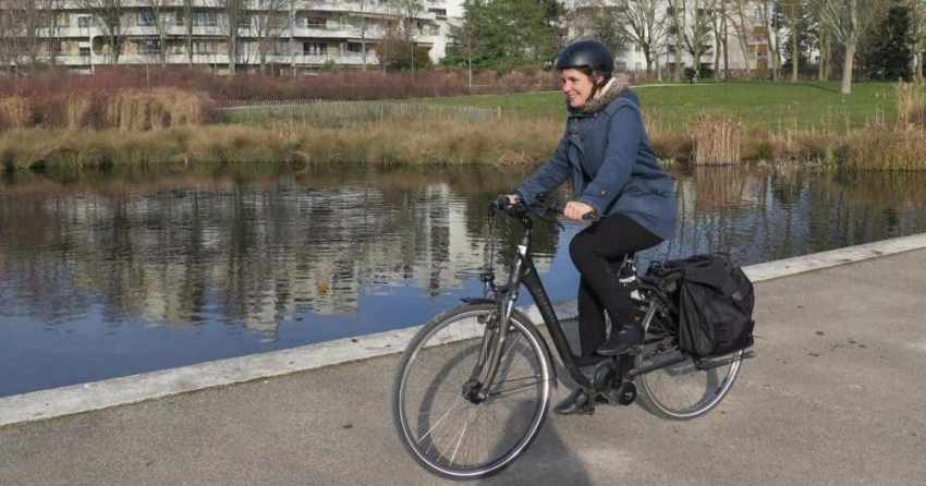 Easy E-Biking - e-bike rider in the city, helping to make electric biking practical and fun
