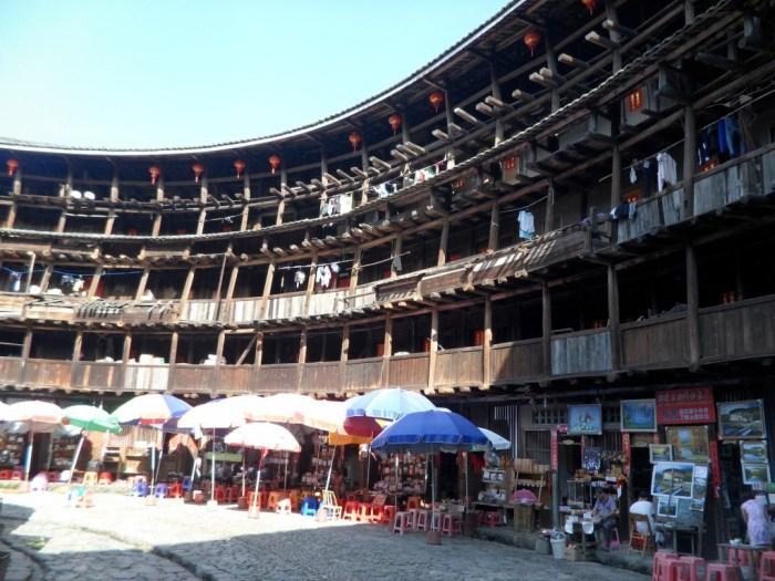700年物の土楼内部