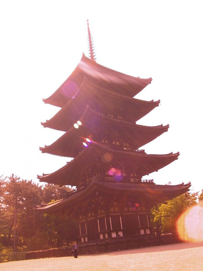 デジカメにサングラスをかけて撮影した五重塔