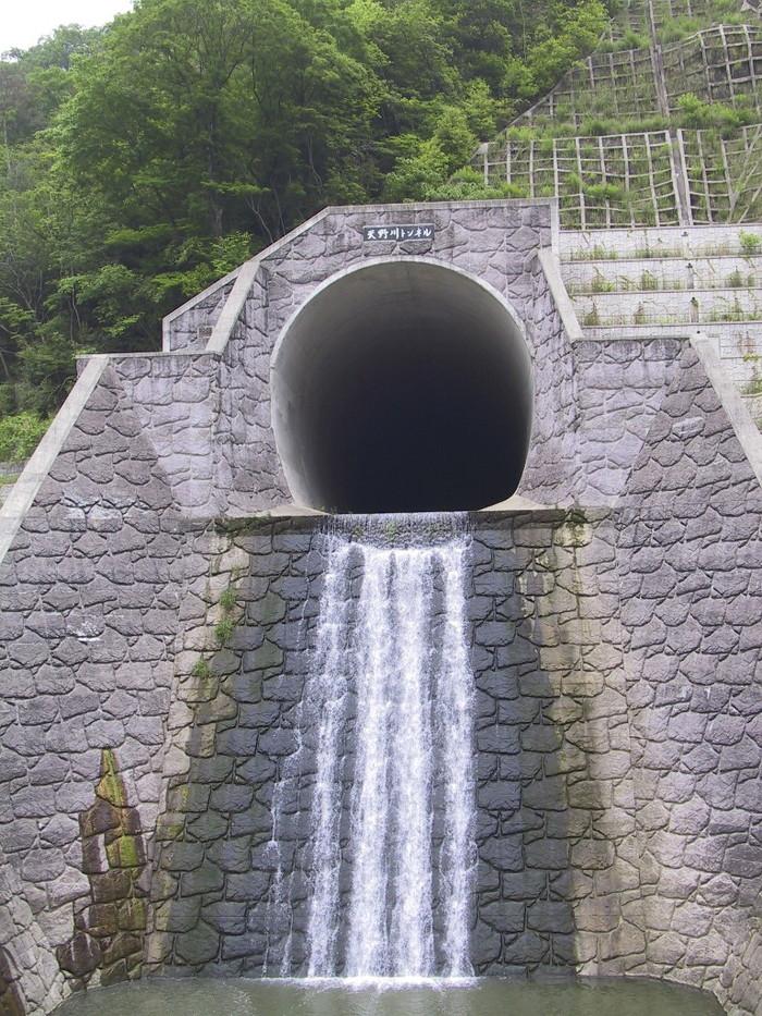 川のトンネル