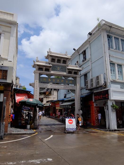 歩行街に入る手前左側にある商店街