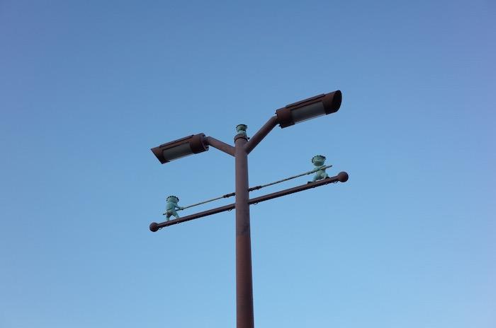 街灯の下で綱引きをする可愛いガラッパ