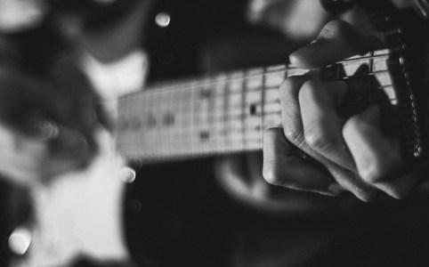 右手のピッキングを鍛えたい! – エレキギター レッスン5
