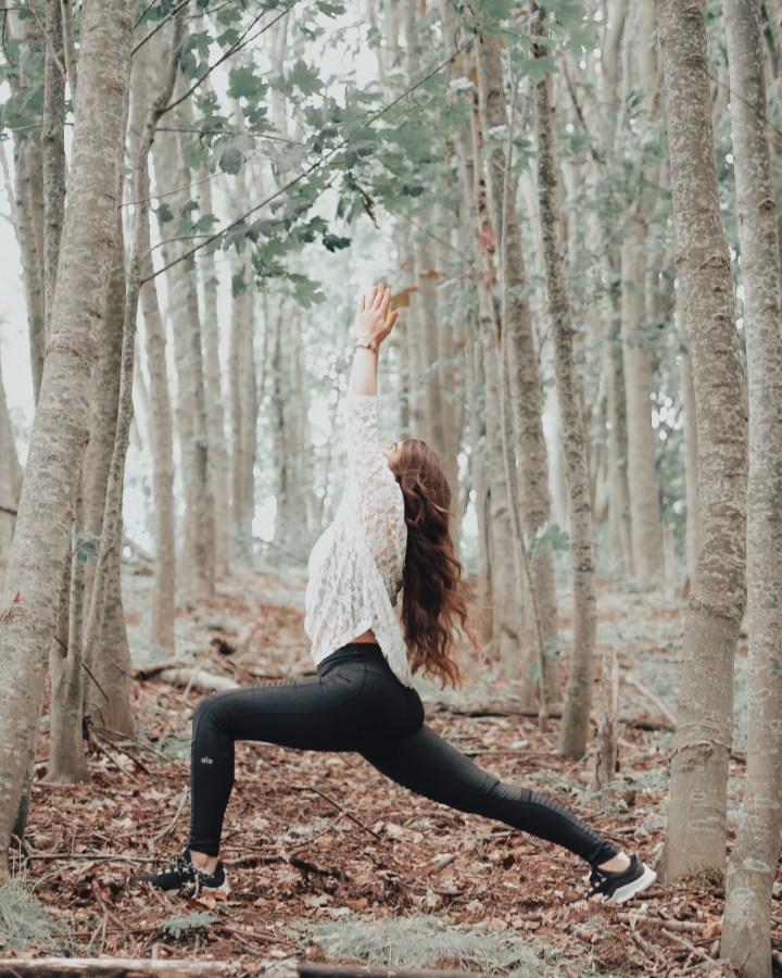 High Lunge Yoga Asana im Wald