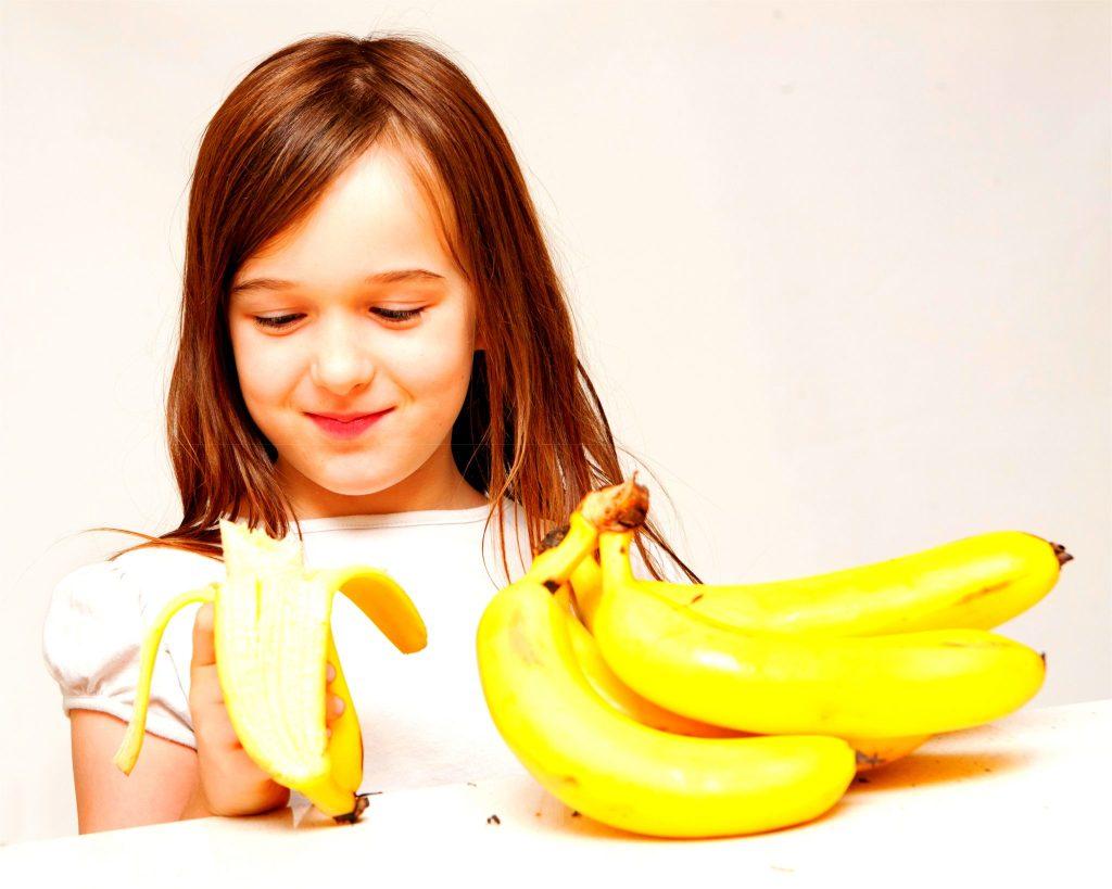 バナナを食べている子ども