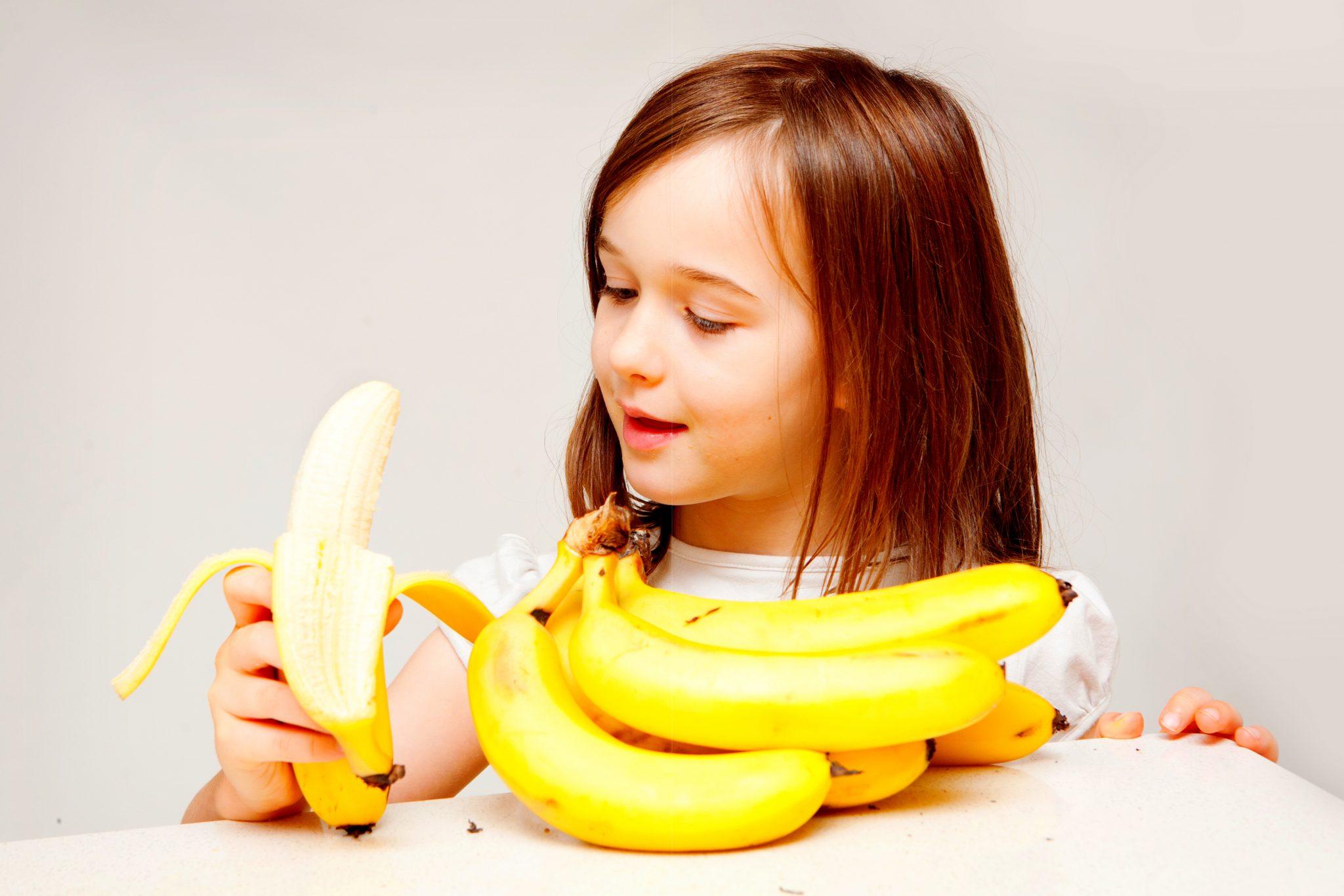 バナナを持った幸せそうな女の子