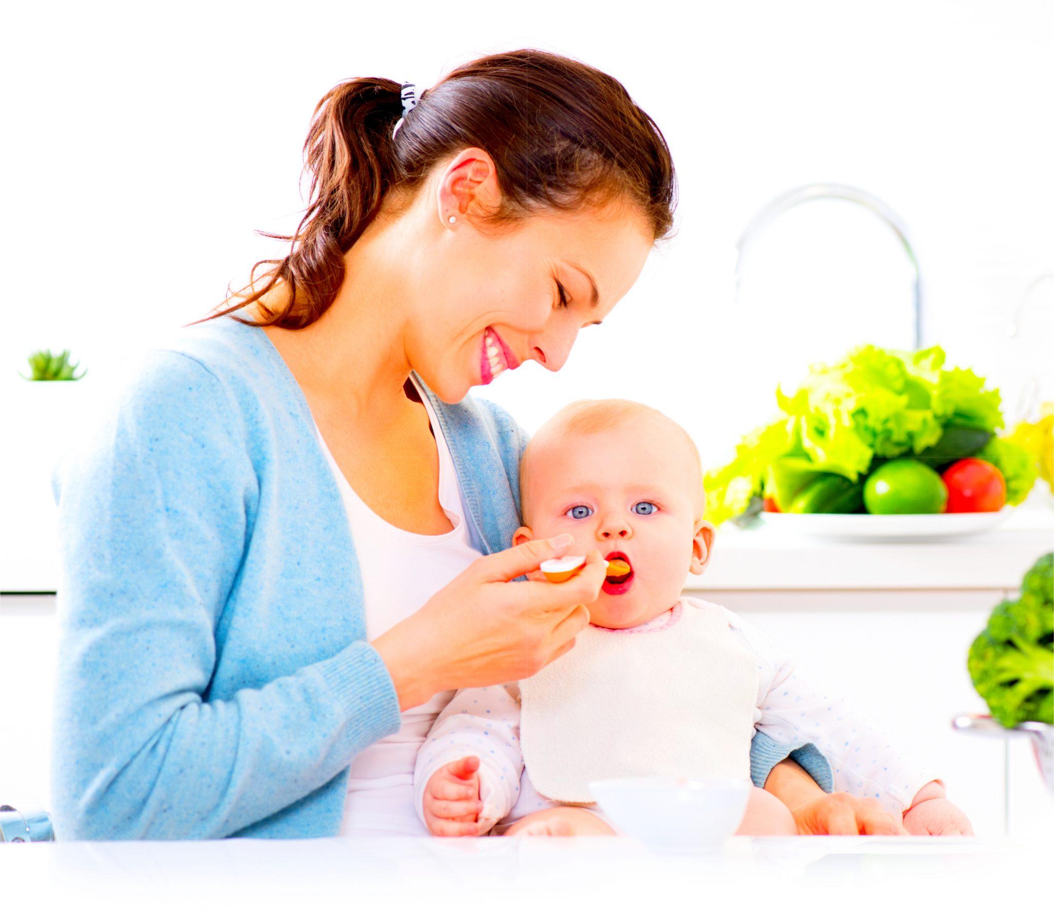 子どもにご飯を食べさせているお母さん