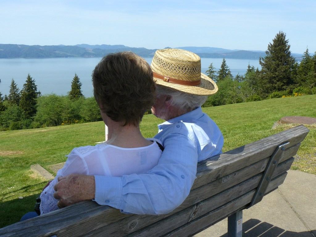 老夫婦ベンチに座っている