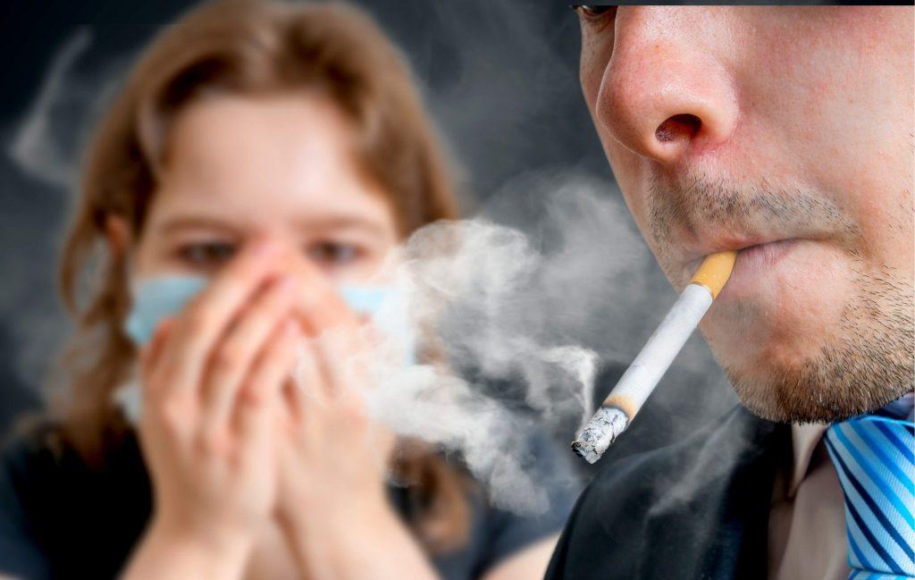 喫煙を嫌がる少女