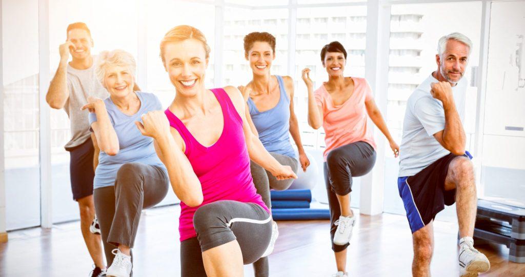 運動する老若男女