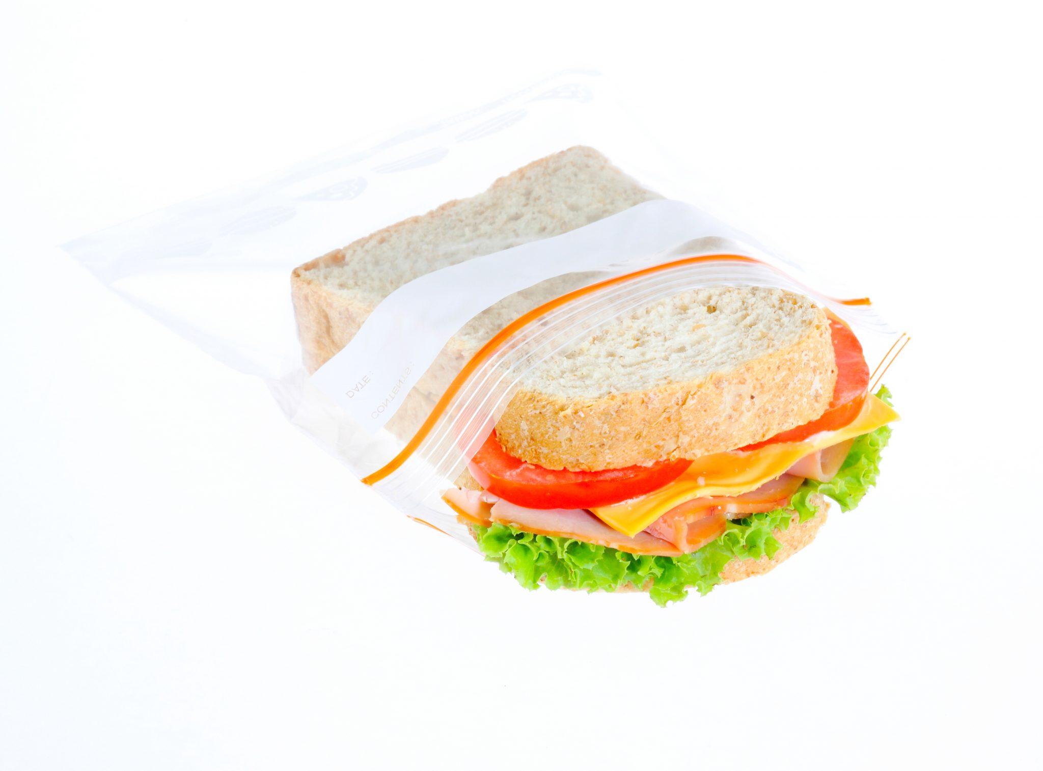 チャック付きのパックに入っているサンドイッチ