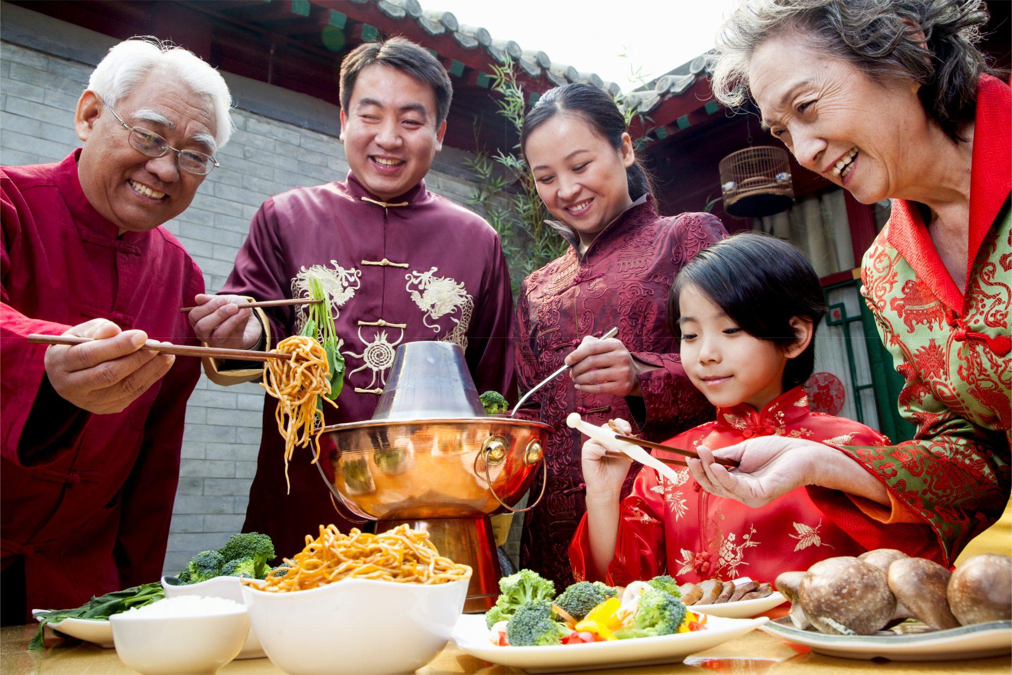 中国人の家族が中華料理屋で食べている