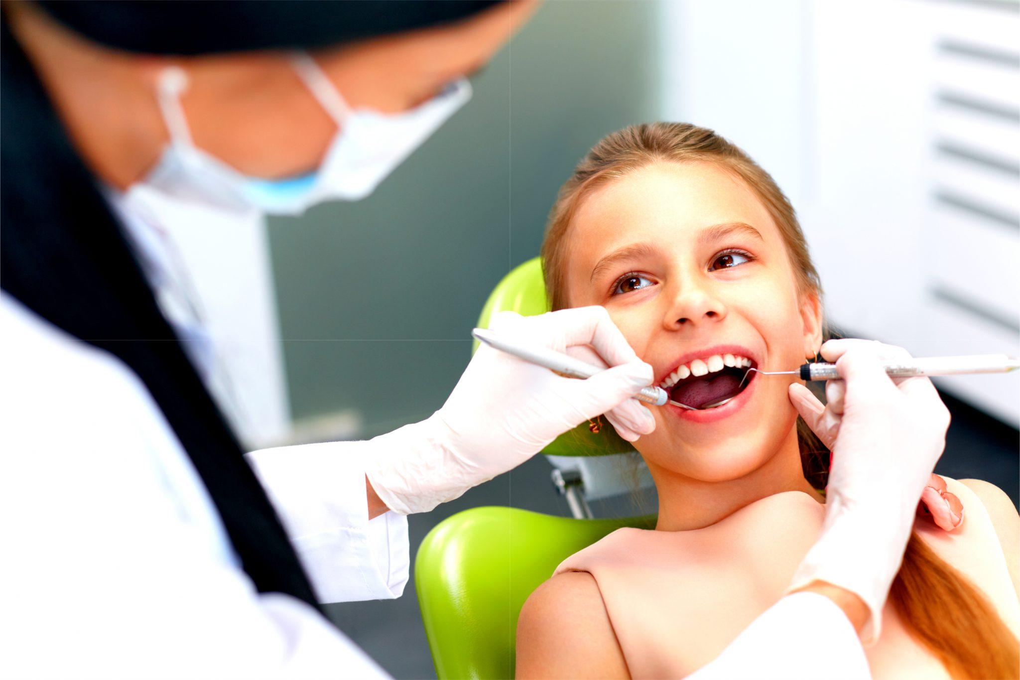 歯のメンテナンスしてる子ども