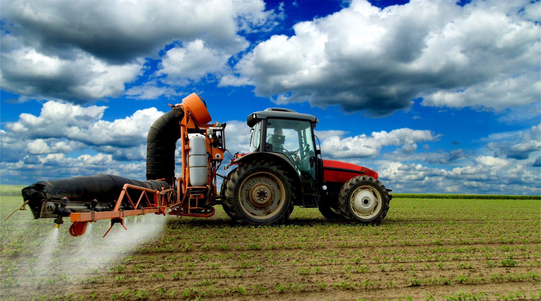 農薬を散布するトラクター