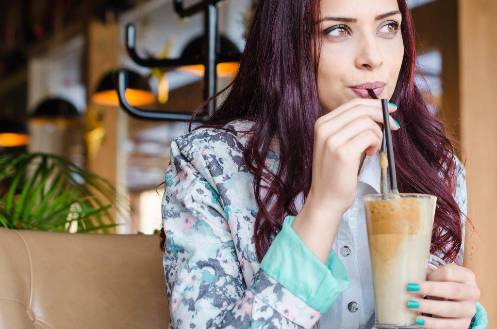 豆乳コーヒーを飲んでる女性
