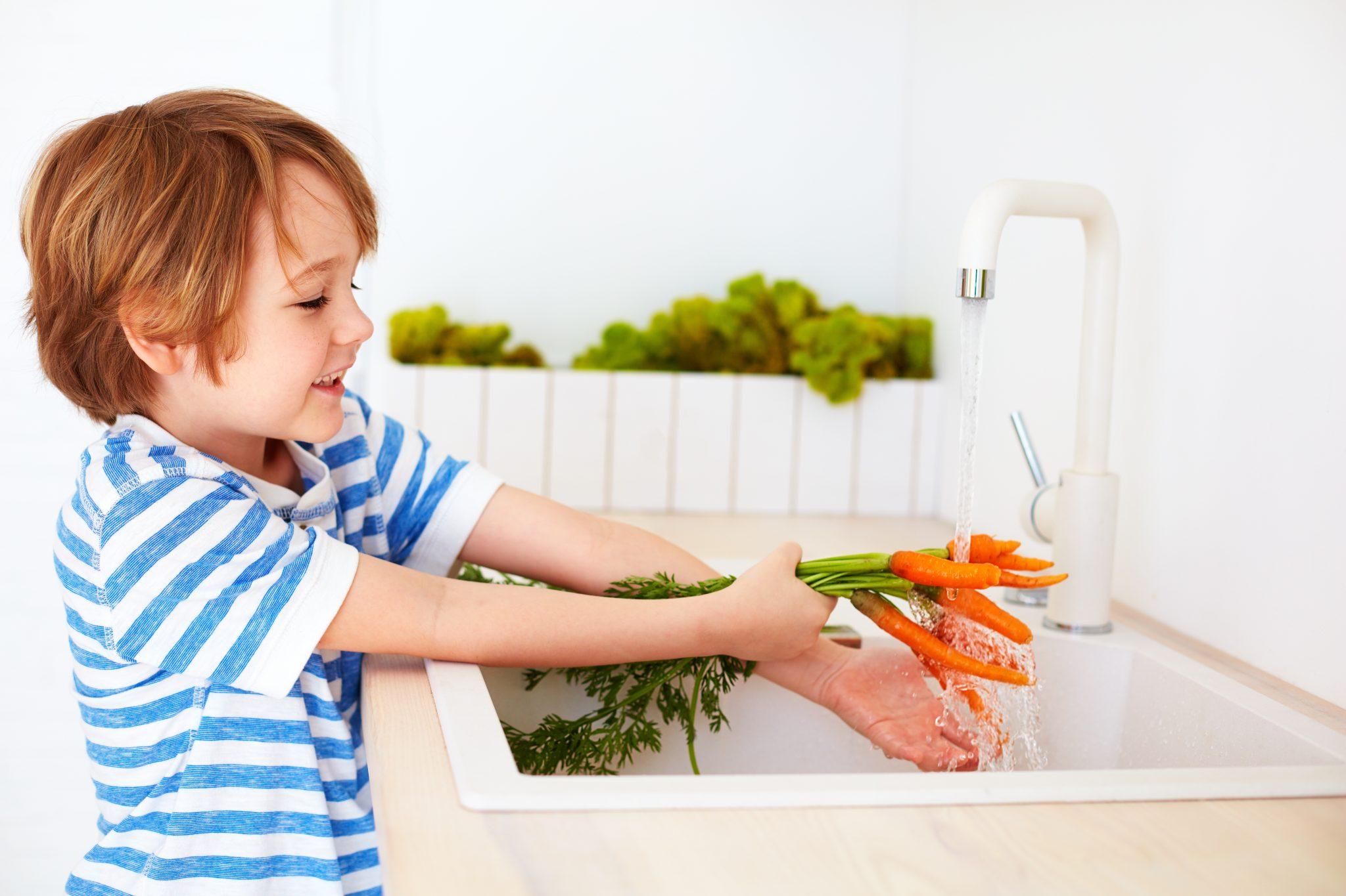 ニンジンを洗う子供