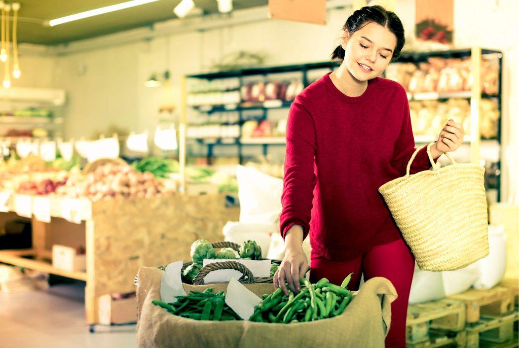 インゲン豆を買うお母さん