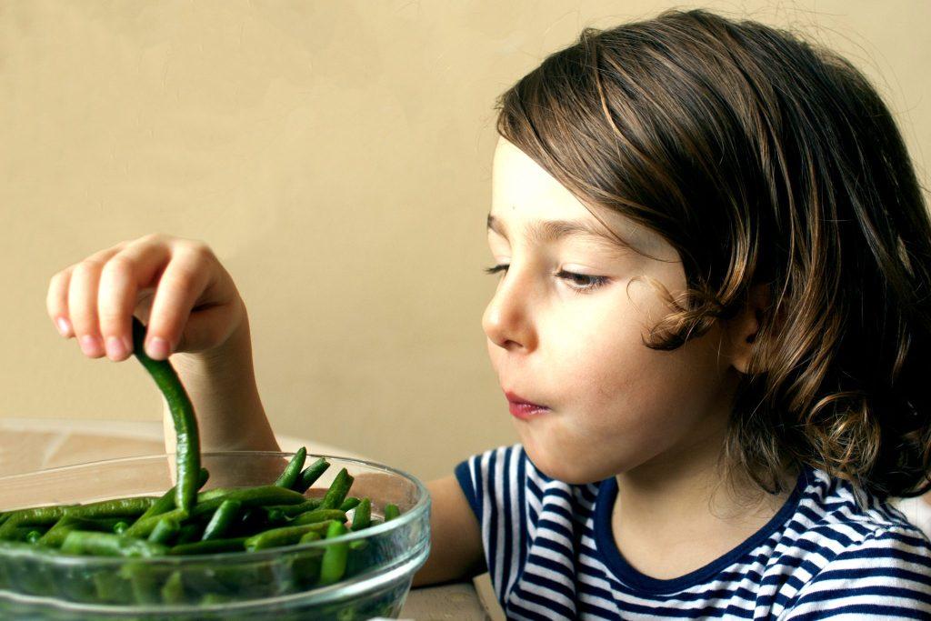 インゲン豆を食べる子ども