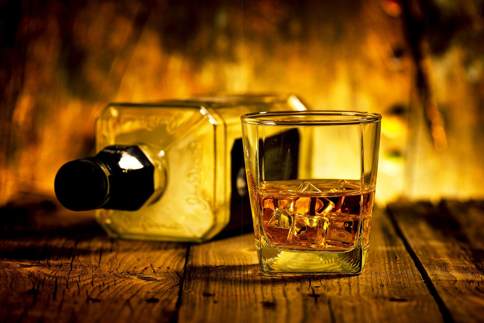 ウイスキーのロックとボトル