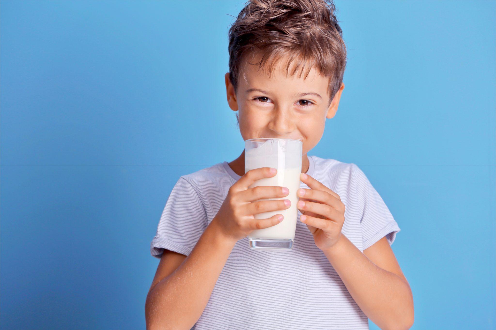 食前に牛乳を飲んでいる男の子