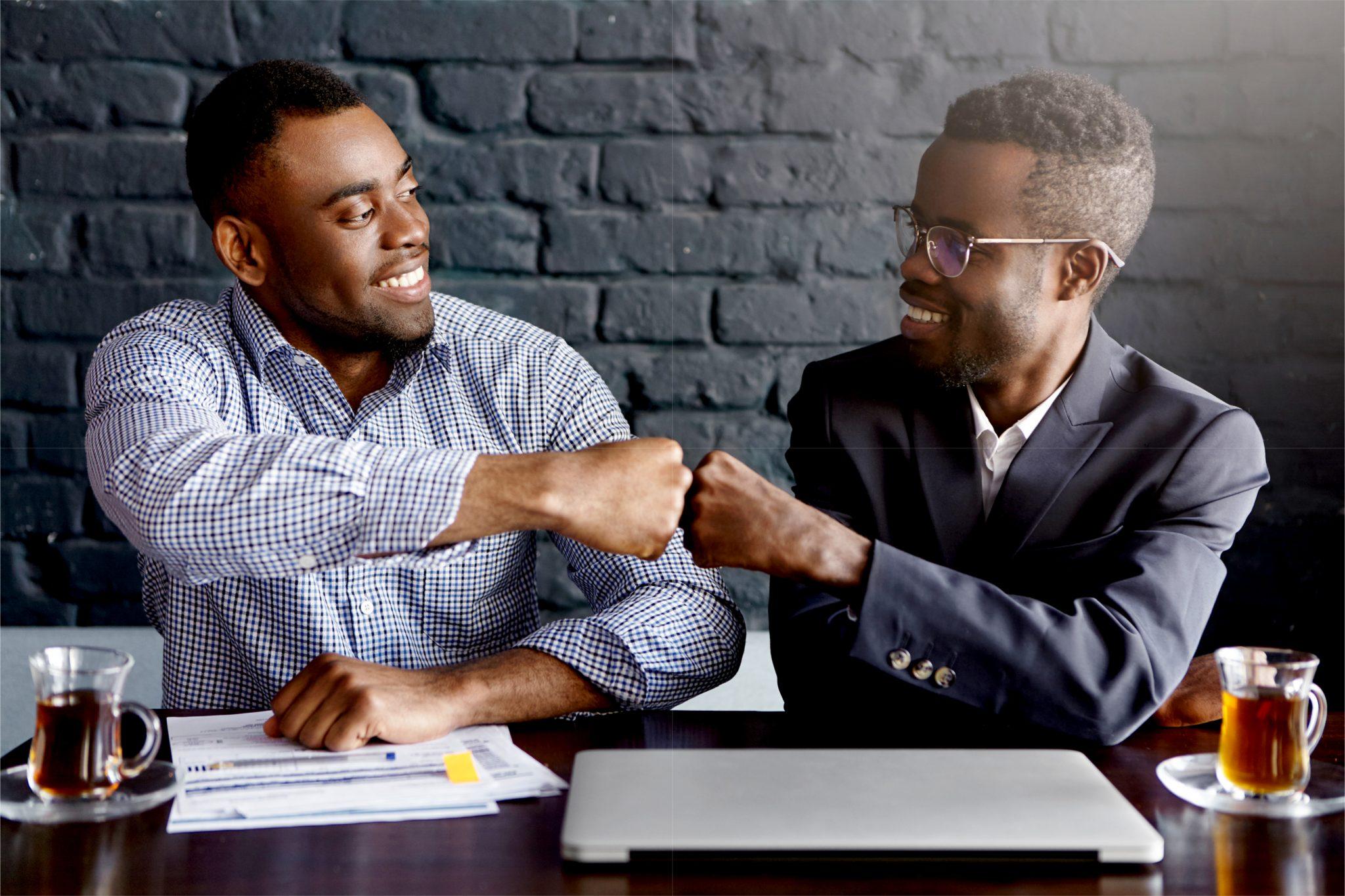 仲良しの黒人男性二人がハイタッチしている
