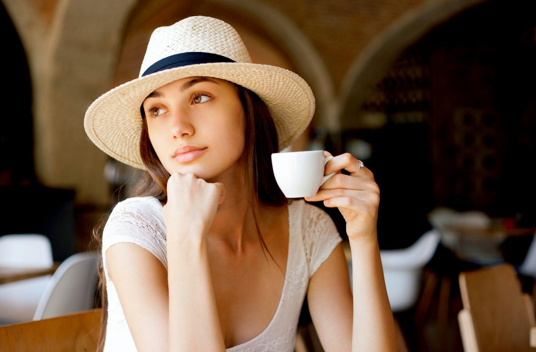 エスプレッソを飲んでいるイタリア人女性