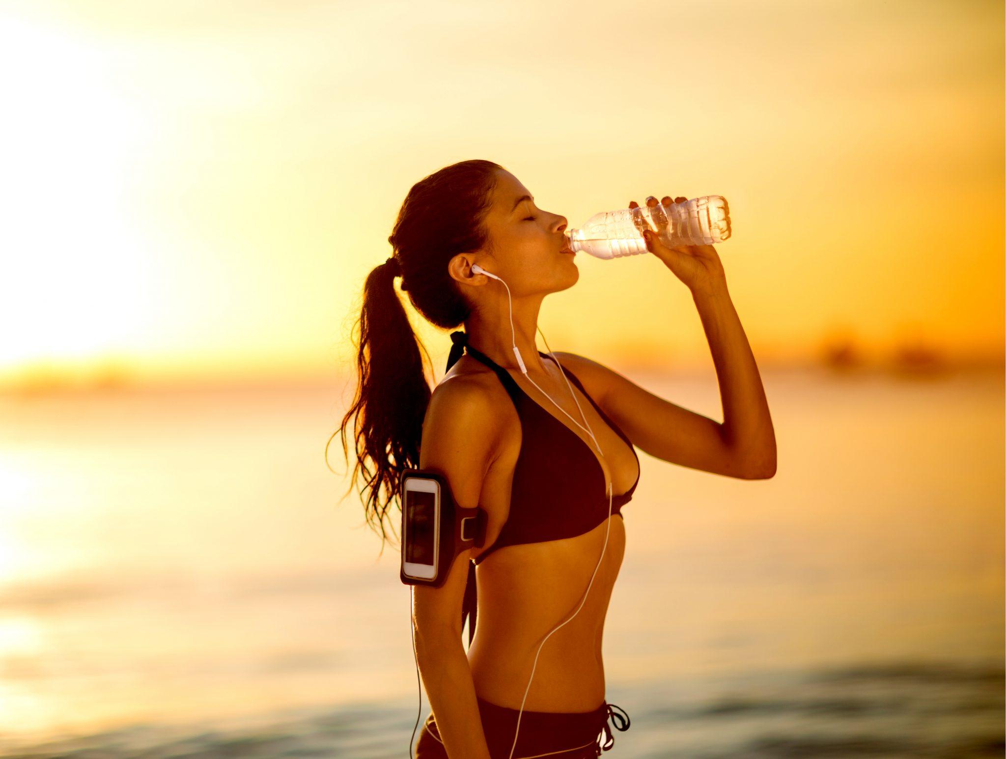 水分補給している運動中の女性