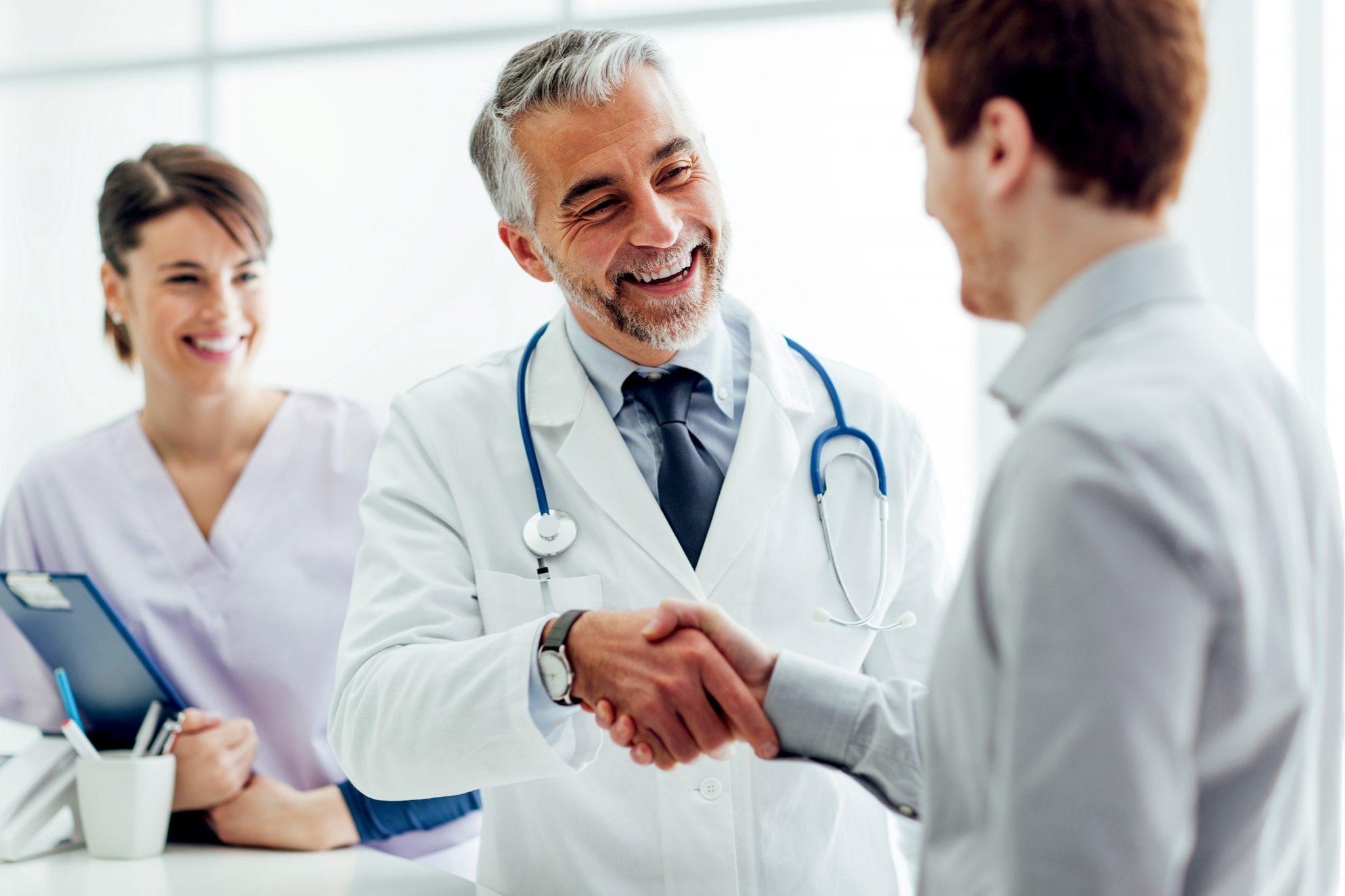 お医者さんと握手している患者さん