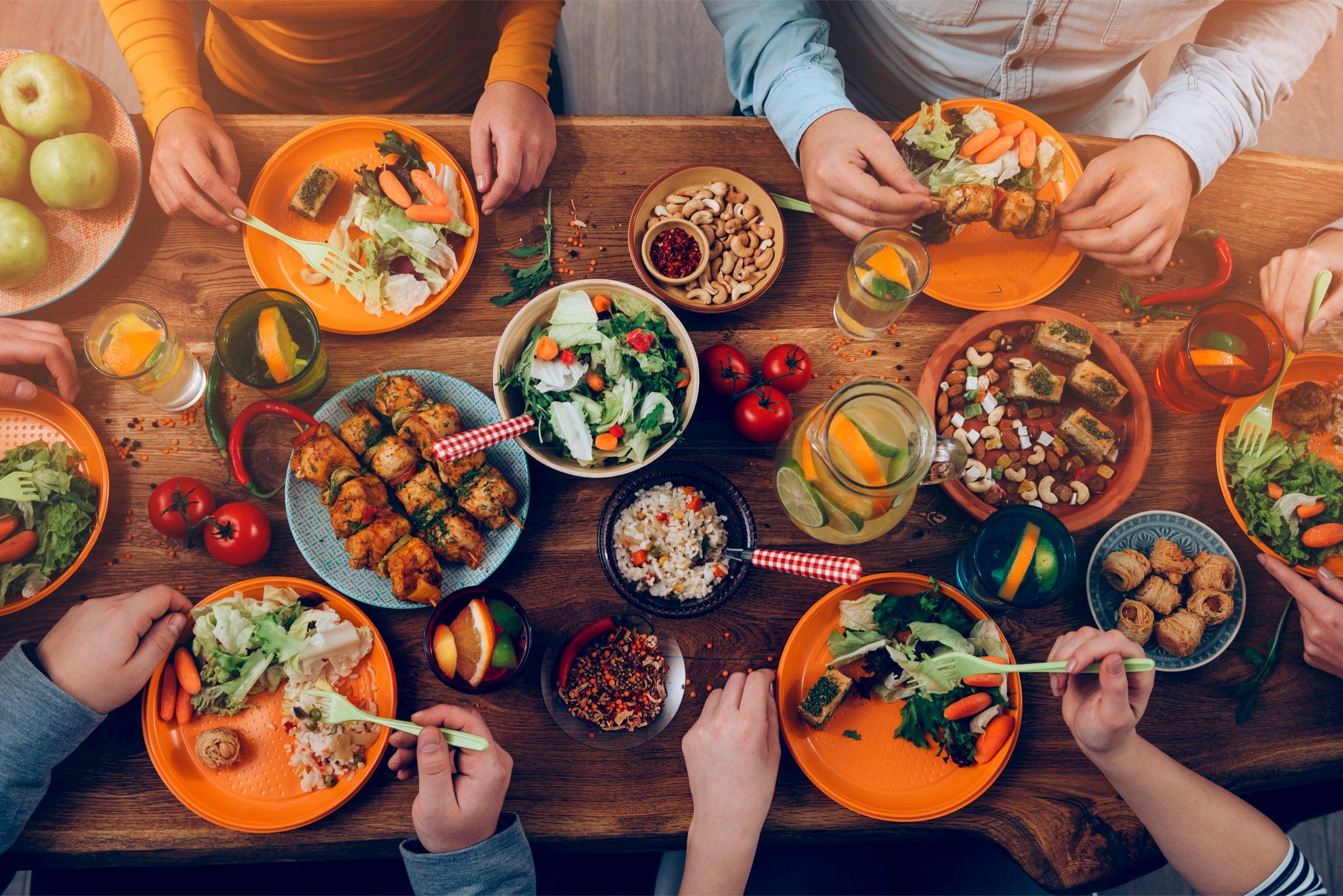 ダイニングテーブルの上にあるたくさんの食事
