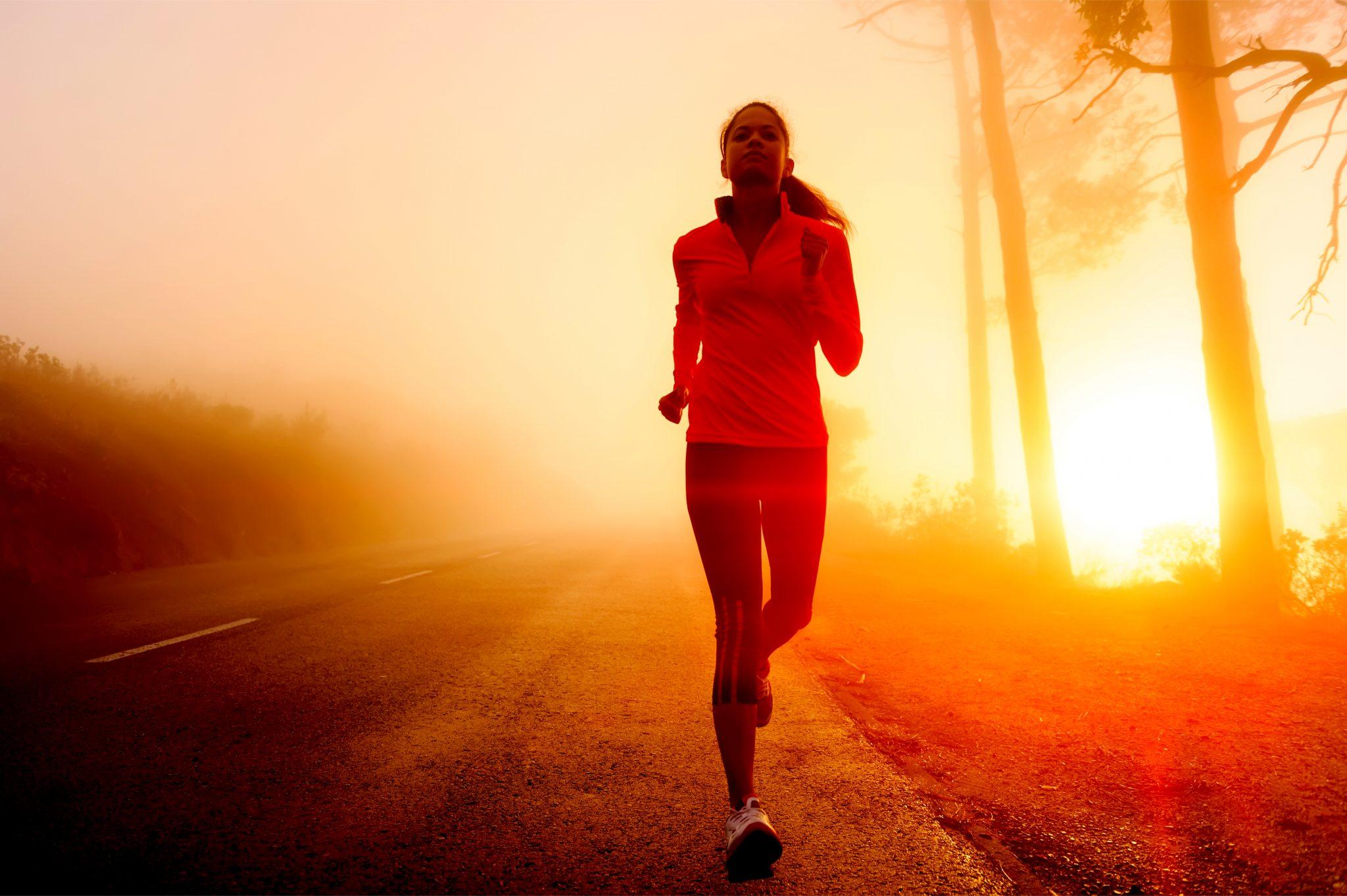 冬の早朝にジョギングをしている女性