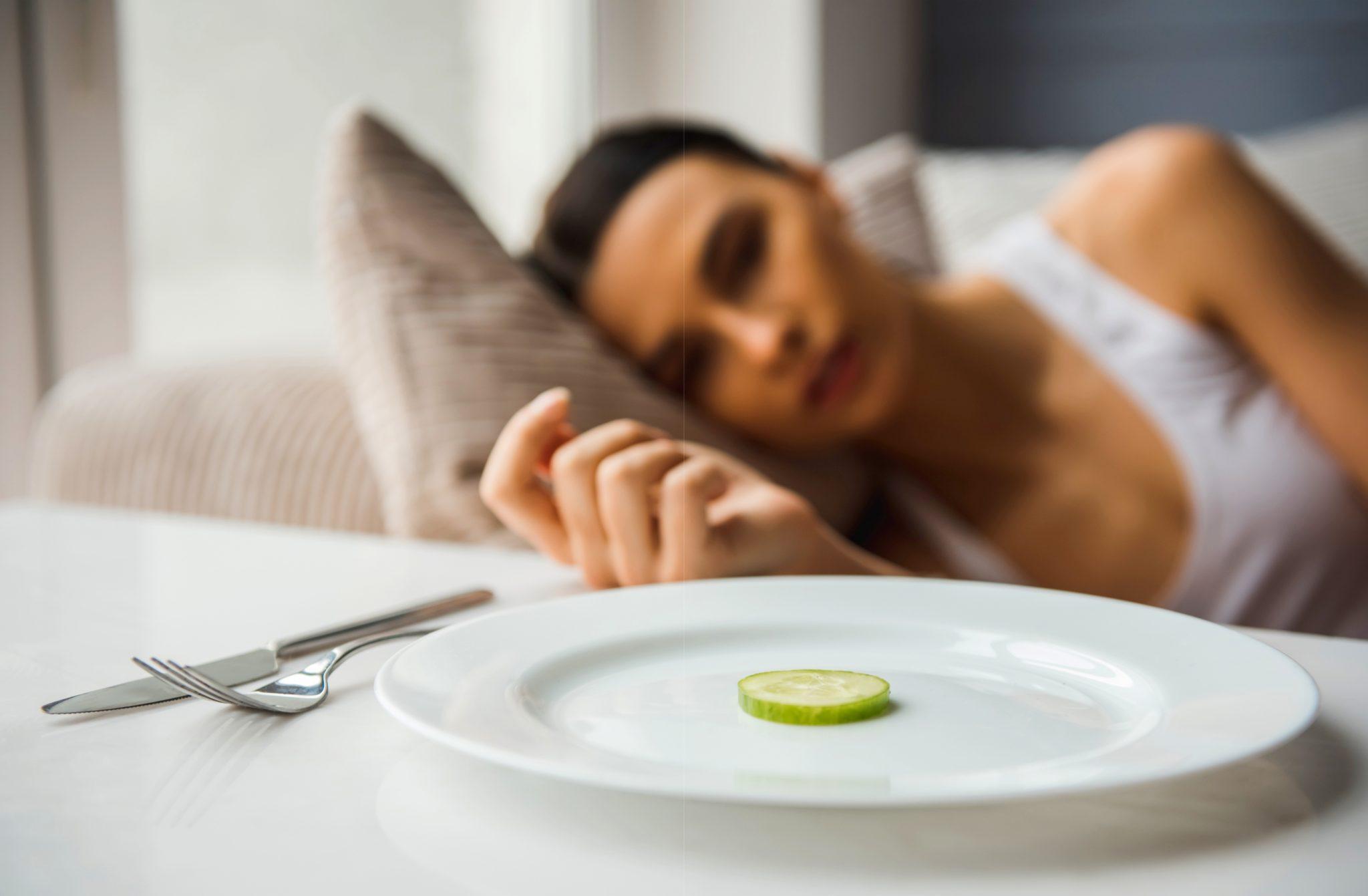 摂食障害でご飯が食べれない女性