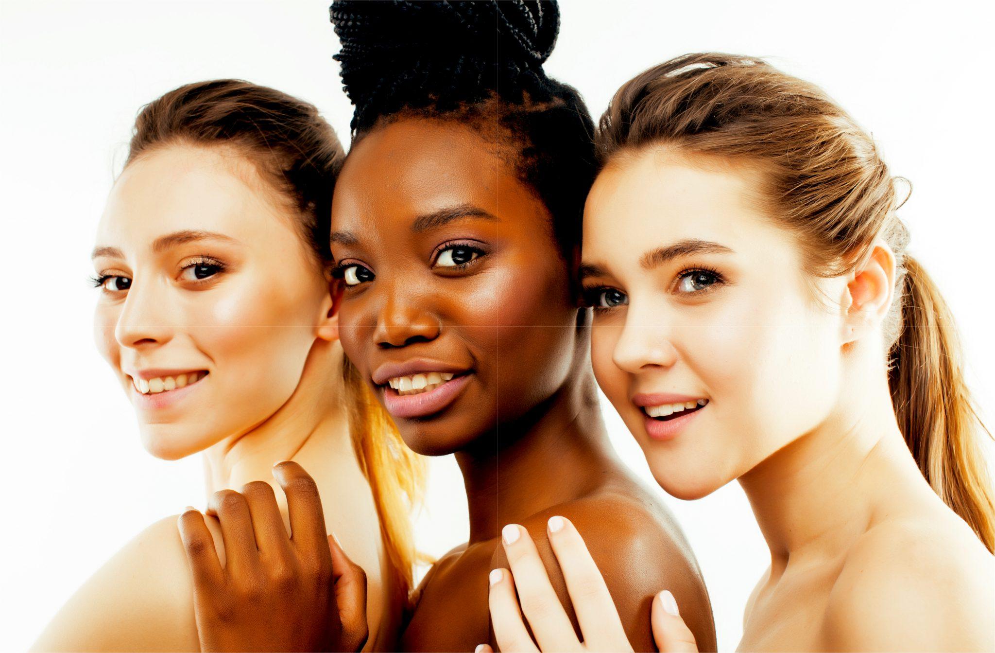 肌の綺麗な女性モデル3人