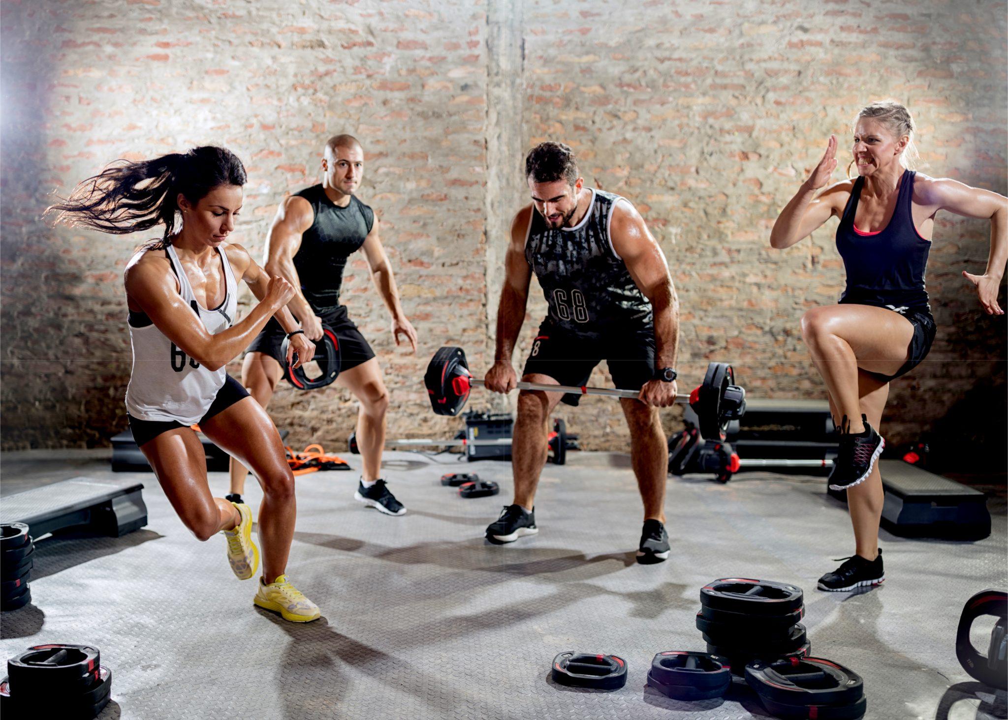 ジムでトレーニングしている男女4人