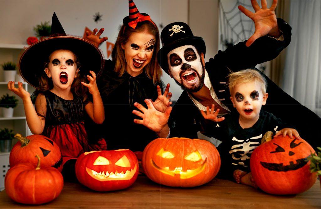 ハロウィンのコスプレをしている家族
