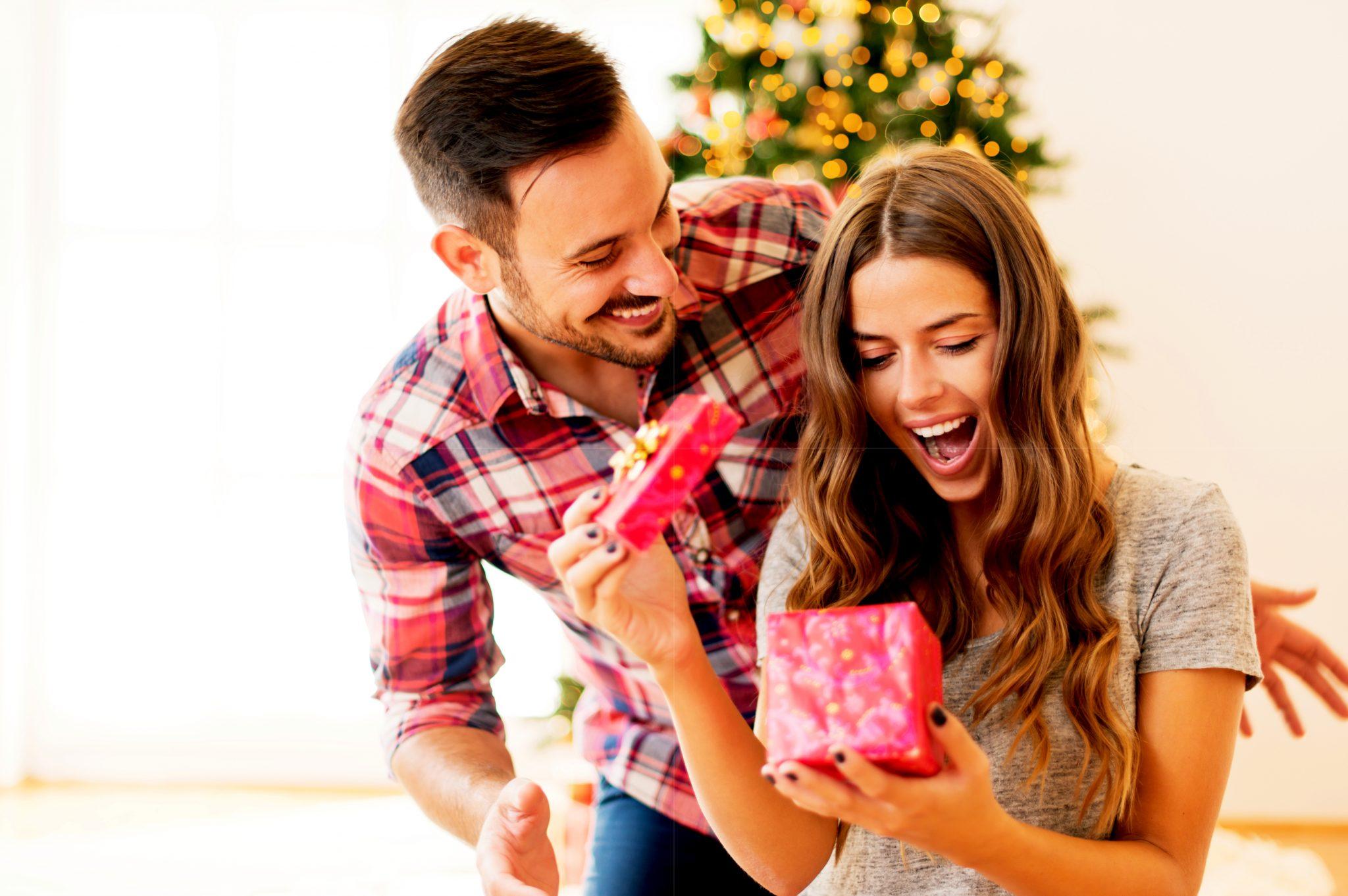 彼女にプレゼントを渡している男性