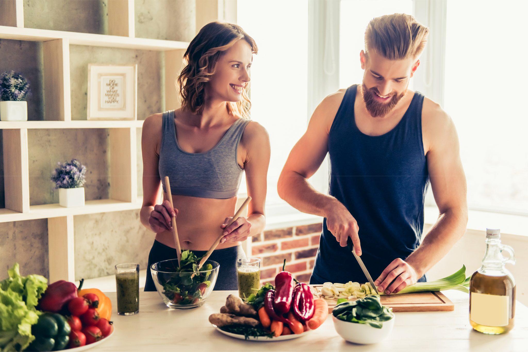 ダイエットで食物繊維の多い野菜を料理しているカップル