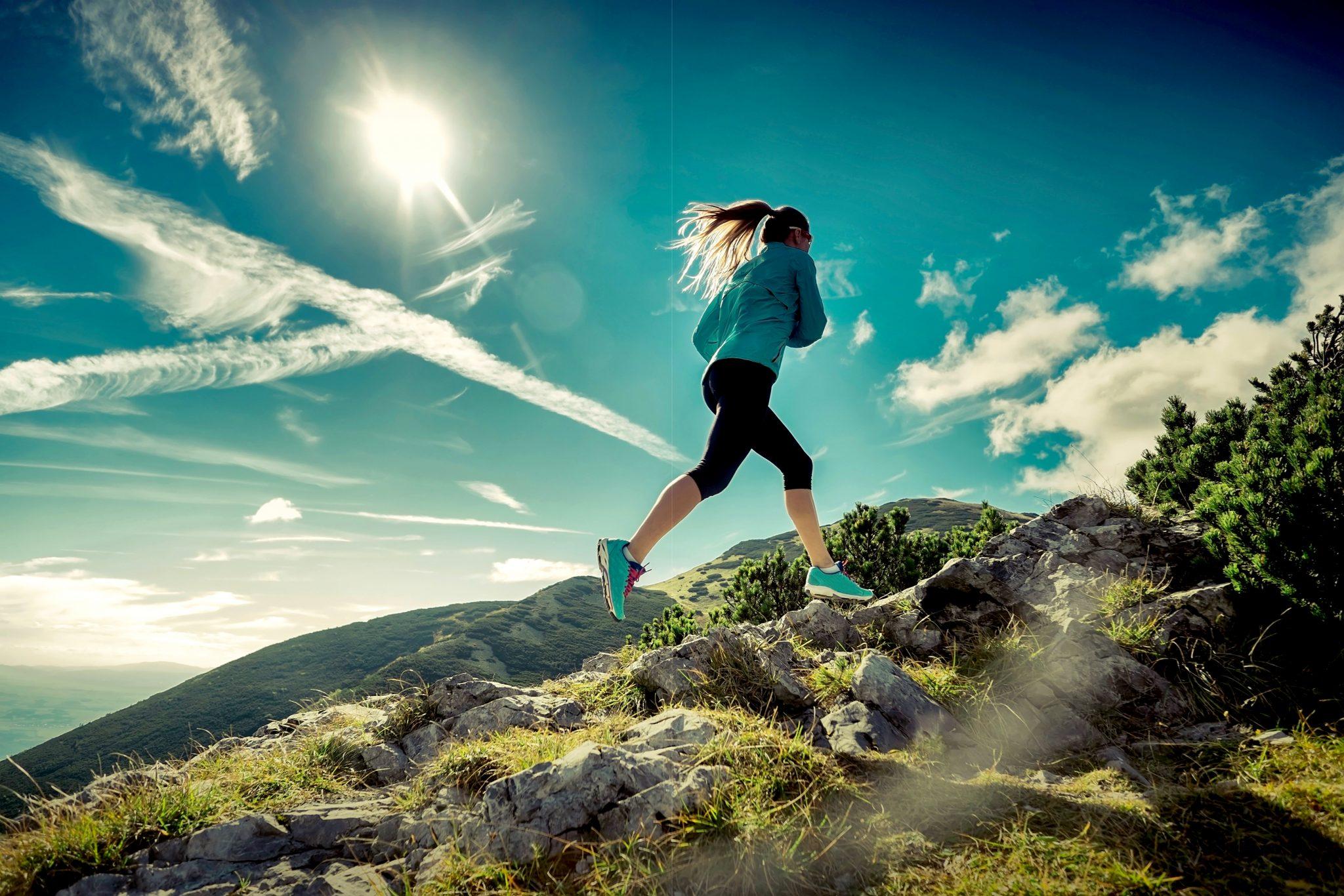 山でジョギングしている女性